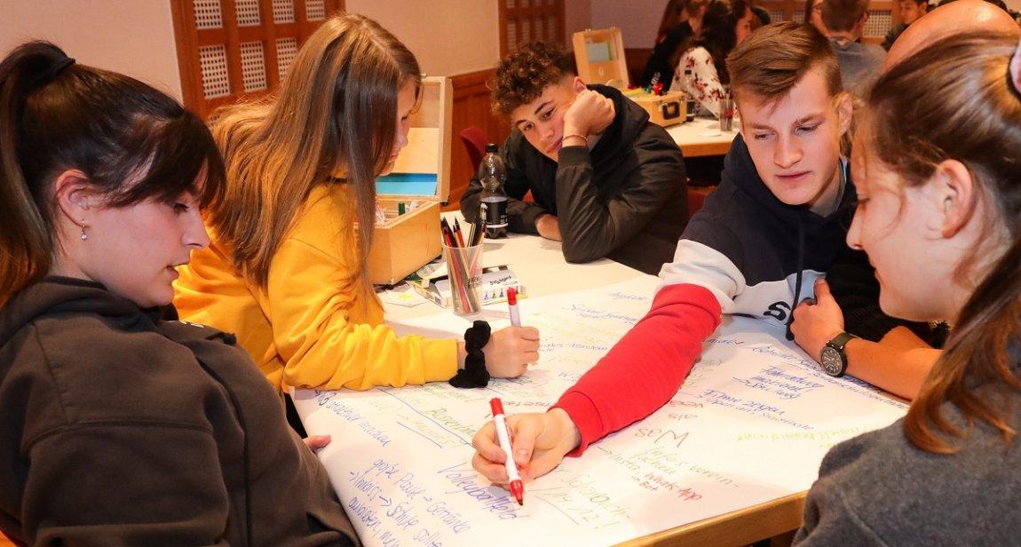 Holzgerlinger Jugend diskutiert mit Bürgermeister Ioannis Delakos