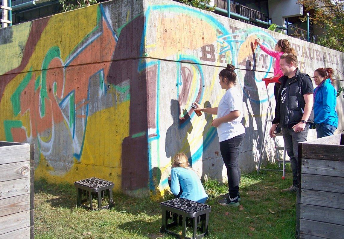 Dröges Betongrau wird knallbunt: Projekt der Jugendsozialarbeit Weil im Schönbuch beim Hallenbad